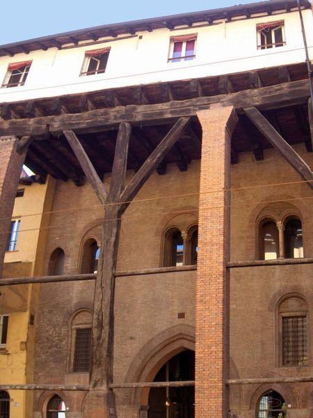Bologna - Casa Isolani - è uno dei rari esempi di costruzioni civili risalenti al Duecento. Una galleria, chiamata Corte Isolani, collega la casa alla corte dell'altra residenza Isolani, Palazzo Isolani.