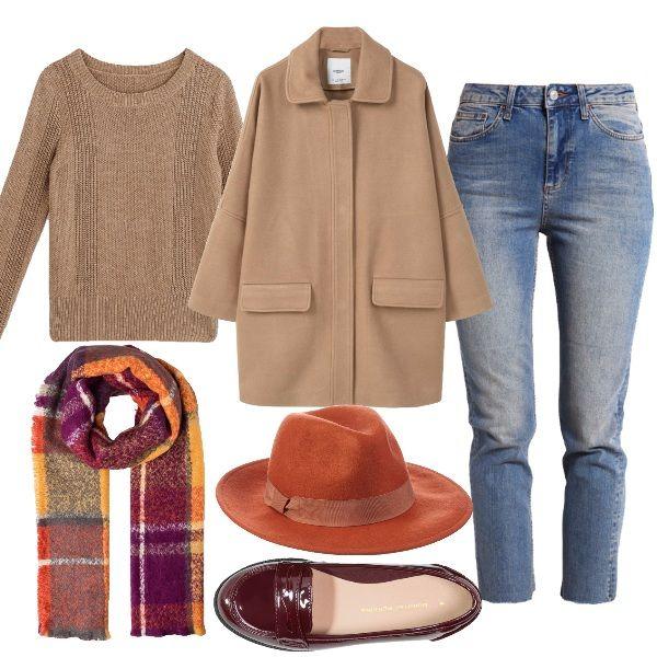 Dettagli di colore in un outfit basic. Il cappello Fedora arancio, la sciarpa nei toni caldi dell'autunno e il mocassino bordeaux scaldano con semplicità l'abbinamento del jeans 7/8 con pullover e cappotto a uovo beige.