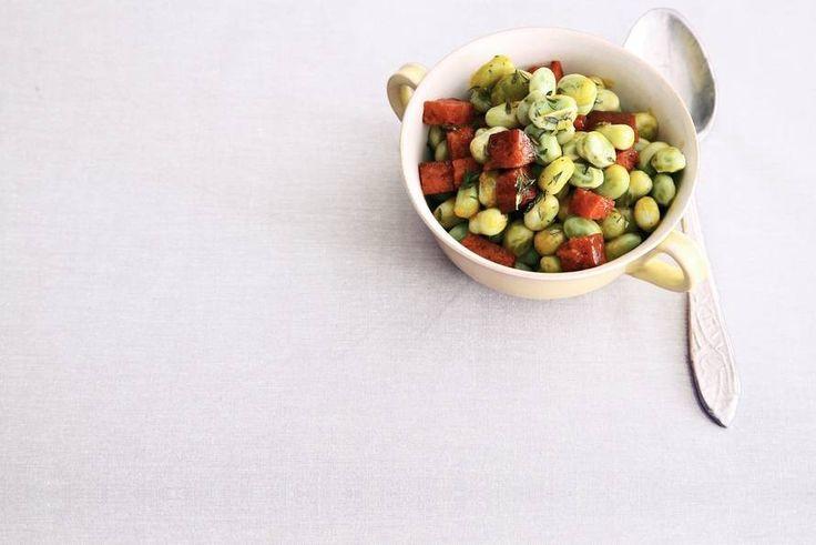 Recept voor: tuinboontjes chorizo | 1. Verhit de olie in een wok en bak de chorizo 4 min. Voeg de bevroren tuinboontjes en de tijm toe. Roerbak nog 5 min. Lekker met gebakken kabeljauwfilet en aardappelpuree.