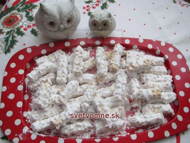 Suché strojčekové pečivo s príchuťou kokosu. Klasická pochúťka na vianočný stôl.