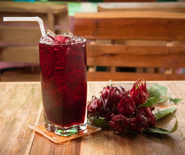 El agua de jaimaica es una bebida muy rica y diurética. Esta bebida se acostumbra tomar en México en las comidas, cenas, fiestas, etc. Prepara esta deliciosa receta.