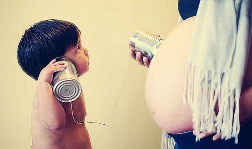 maternity photo ideas with siblings | Madre embarazada e hijo mayor escuchan con latas la panza