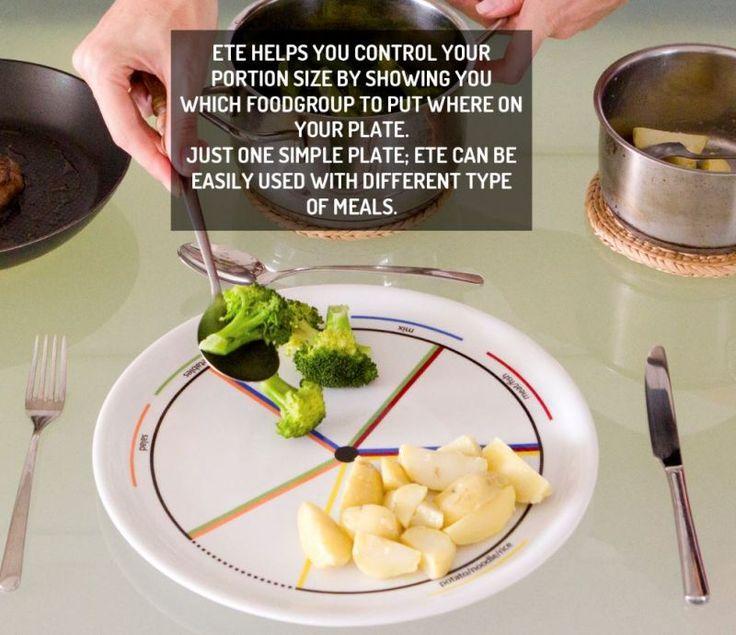 #PriceTalk #프라이스톡 다이어트를 할 때 칼로리를 계산해서 음식을 먹는 일은 매우 피곤하다. 먹는 양을 줄이는 것이 간단하고 쉬운 방법이 될 수도 있다. 건강하고 신선한 식품으로 먹는 양을 제한하는 것은 좋으나, 일일이 저울에 달아서 확인하고 먹을 수도 없는 일! 새롭게 출시된, 간단하게 음식을 조절할 수 있는 접시 'ETE Plate'를 추천한다.   언뜻 보기에는 장식처럼 보이는 선으로 인해 다소 화려한 것 빼고는 일반 접시와 다를 바 없어 보이지만 접시에 그어져 있는 선은 특별한 의미가 있다. 종류가 다른 각각의 음식을 담을 때 양을 조절할 수 있는 경계선의 의미라고 보면 된다. 다이어트의 목적 외에도 아이들에게 균형 잡힌 식사를 알려줄 때 이용한다면 좋을 제품이다.   접시에는 색상이 다른 5개의 선이 그어져 있다. 노란색 선은 파스타, 쌀, 빵, 감자, 그 밖의 탄수화물이 많은 음식을 담는 선이다. 빨간색 선은 고기를 의미하며 파란색 선과 한 칸이 겹쳐지는데…