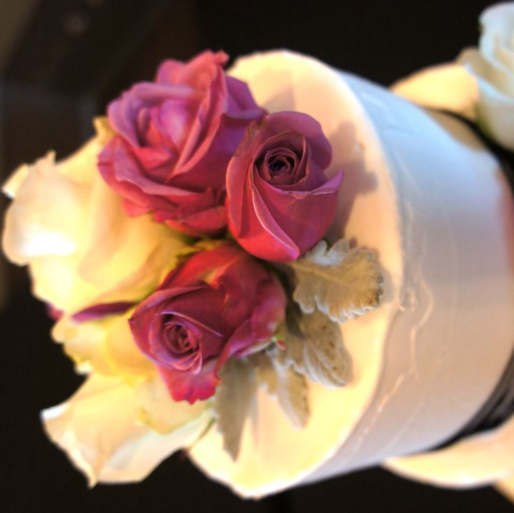 White and red roses on wedding cake. For more wedding flower designs please go to www.naomijones.com.au.