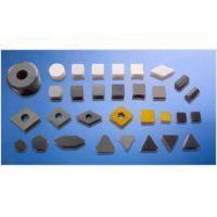O Calço de Metal Duro é uma pastilha criada especialmente para operações de torneamento interno ou externo.