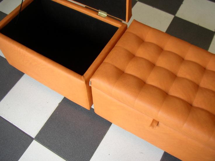 BAUL 6040  Medidas generales 0.60*0.40*0.45 mt, tela vinílica, sistema de apertura una tapa capitonè con bisagras, patas metálicas de 5 cm, y forro interior.