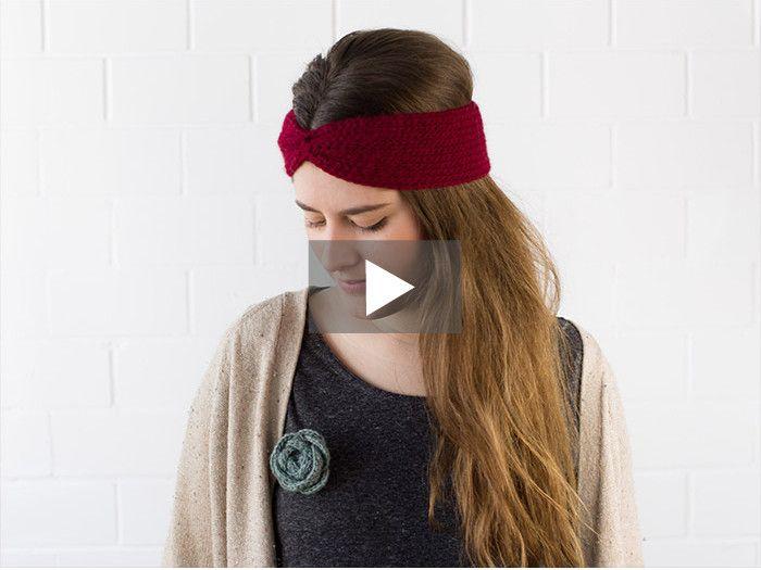 Judith zeigt Dir in dieser einfachen Häkelanleitung, wie Du im Handumdrehen Dein eigenes Stirnband häkeln kannst. Schritt für Schritt zeigt sie Dir, wie Du vorgehen musst. Damit ist das Projekt auch super für Anfänger geeignet.