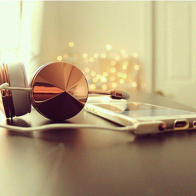 Idealny prezent świąteczny dla kobiet kochających muzykę i modę - słuchawki Frends Layla i Taylor #prezent #święta http://bag-a-porter.pl/13_frends