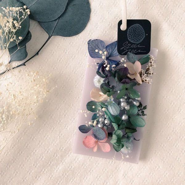 紫陽花などの花を散りばめた、ローズの香りのアロマワックスサシェ(火を灯さないアロマキャンドル)です。お手軽にお花と香りを楽しんでいただけますので、プレゼントにもおすすめです。●カラー:パープル●サイズ:10×6cm●素材:パラフィンワックス、蜜蝋、プリザーブドフラワー、リボン●注意事項:一つ一つ心を込めて制作していますが、天然の素材を使用していますので商品画像と色味や形が異なる場合がございます。ハンドメイドであること、素材に個性があることをご理解いただけますと幸いです。●作家名:grin#アロマワックスサシェ #火を使わないキャンドル #ドライフラワー #ドアノブ #クローゼット #香るインテリア #玄関 #お部屋 #花 #プレゼント #贈り物 #アロマワックスバー #可愛い #おしゃれ #華やかな香り #誕生日 #結婚祝い #新築祝い #上品 #芳香剤 #ハンドメイド #handmade----------------------------------------------【定形外郵便の料金改定】2017/6/1日本郵便の料金改定により定形外郵便は全て規...