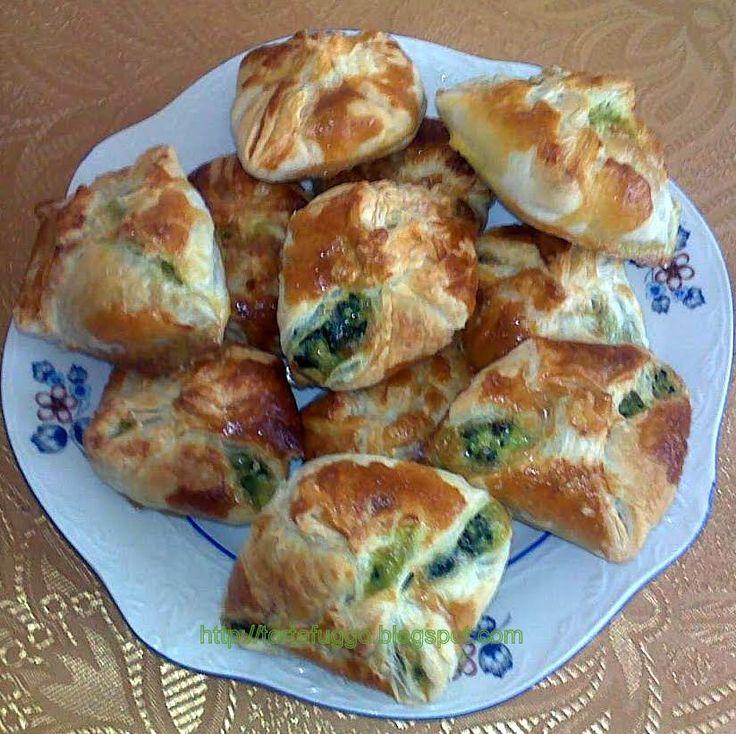 Spenótos sajtos batyu Hozzávalók. 1 csomag leveles tészta fél kiló spenót 15 deka trappista sajt 2 tojás 2 ek olívaolaj ...
