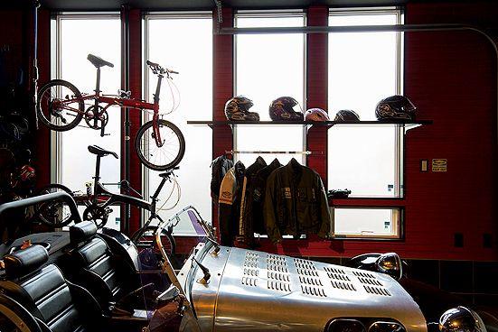 ▲スーパー7側の窓も広く、自然光がたっぷりと注ぎ込む。自転車やヘルメット、オートバイ用のジャケットなどが巧みにレイアウトされてマニアックな雰囲気に仕立てている