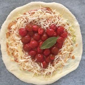 初ピザはハート(^.^)。 by mosnogohanさん | レシピブログ - 料理ブログのレシピ満載! 毎日暑い。ピザを焼いてビールを呑もう❗️パン焼くようになって一年あまりたつけど、ピザを焼いたことがなかったね。初ピザ、酵母元種でリスドォル、加水60%くらいで、いつもの粉量240gだったら3枚分くらい...