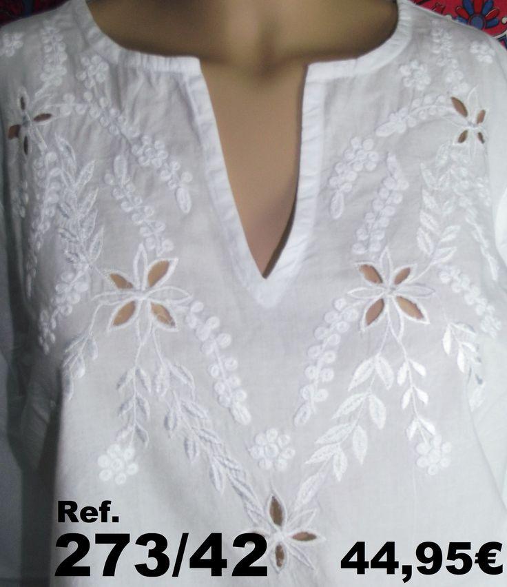 Camisa ibicenca bordada a mano de la casa Cerchio Rosso con originales flores caladas.