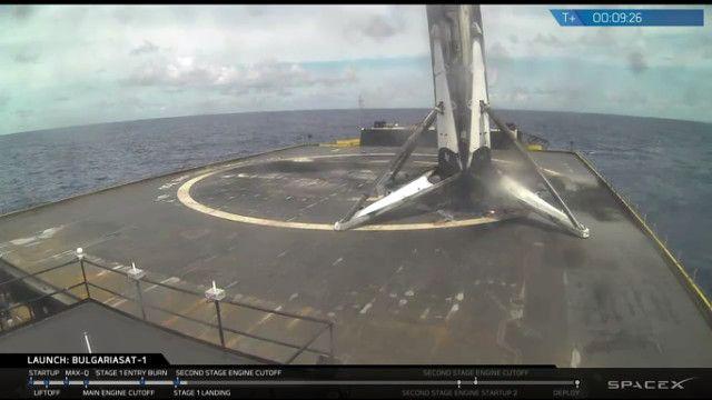 SpaceX ha stabilito un nuovo record per un'azienda privata lanciando due razzi nel giro di poco più di 48 ore. Venerdi, quando in Italia era tarda serata, da Cape Canaveral ha lanciato il satellite di telecomunicazioni BulgariaSat 1 mentre domenica, quando in Italia era ormai notte, dalla base di Vandenberg in California ha lanciato 10 satelliti della costellazione Iridium NEXT. In entrambi i casi il primo stadio è atterrato con successo. Leggi i dettagli nell'articolo!