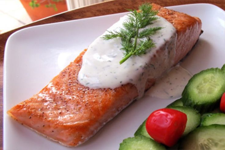 Жареный лосось под сливочным соусом с укропом