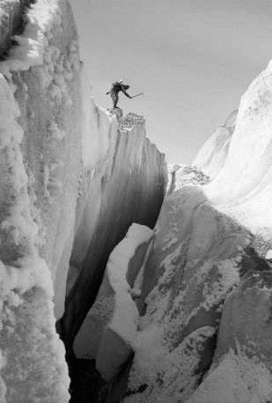Альпинисты на леднике Иныльчек в районе озера Мерцбахера. 1967 год