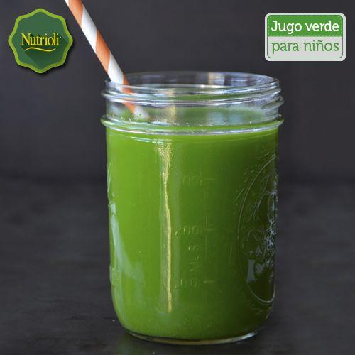¡Nutre a tus peques con un delicioso jugo verde!  La manzana posee vitamina C y E, es rica en fibra y aporta antioxidantes que ayudan a la regeneración de células. La zanahoria, más allá de su riqueza en betacaroteno, provee minerales como calcio, hierro y potasio, así como vitaminas B, C y D. Por último, la espinaca aporta hierro que previene enfermedades como la anemia. Ingredientes:  - 1 manzana grande - 1 zanahoria - 1 hoja de espinaca Pon todo en el extractor de jugos y disfruta.