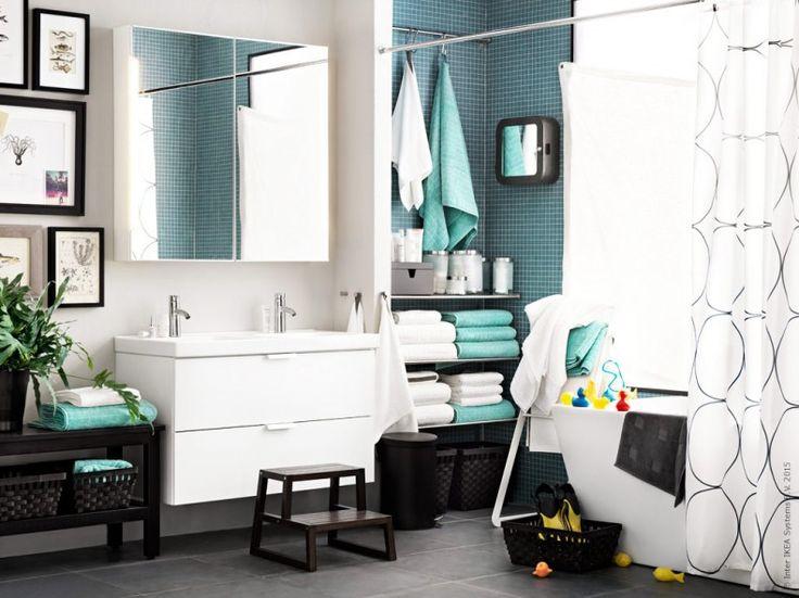 Här finns rum för både stora och små, och allt från tandkräm till storslagna tankar. GODMORGON/ODENSVIK kommod med två lådor, DALSKÄR tvättställsblandare, STORJORM spegelskåp, ÅFJÄRDEN och FRÄJEN handdukar, GRUNDTAL hyllor i rostfritt, UDDGRUND duschdraperi.