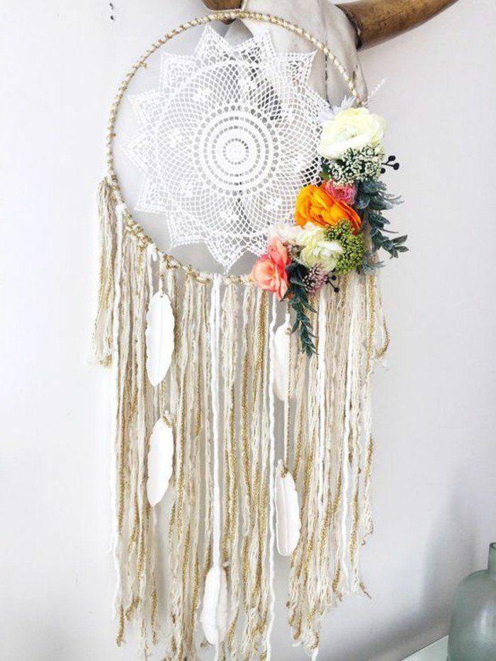 toile en dentelle blanche, déco, composée de fleurs et de franges blanches, idée charmante pour fabriquer un attrape rêve