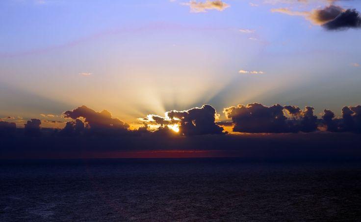 La paz espiritual es un hecho. Es inútil negarla y vernos como juguetes de energías exclusivamente agresivas, posesivas o dominantes. Desde luego, en nosotros viven todas las tendencias peligrosas, pero por encima de ellas, más profunda y mas permanente, esta la paz. Si utilizamos esta paz como un hecho, podemos ofrecer a la humanidad la posibilidad de algo mejor. Pero primero hay que reconocerla, apreciarla y preservarla. Dalai Lama
