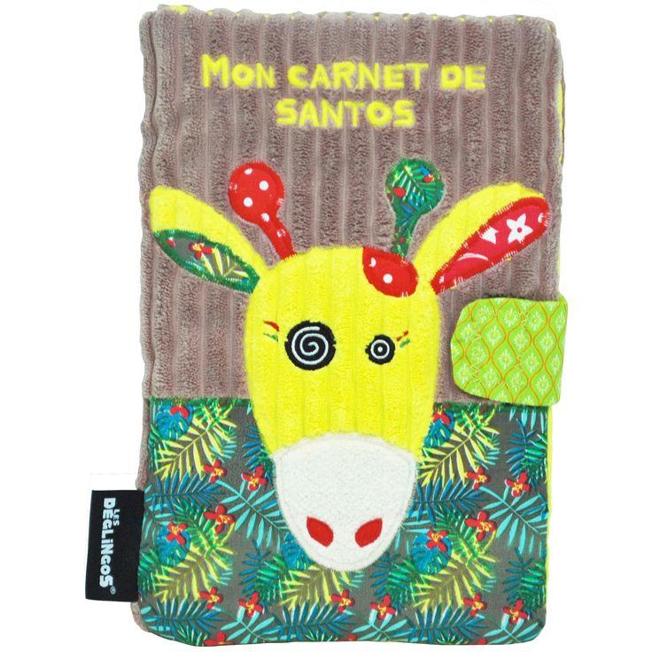 Un protège carnet de santé Operchos la girafe de la marque Les Déglingos, aux couleurs vives, pour ne plus rien oublier concernant la santé de bébé.