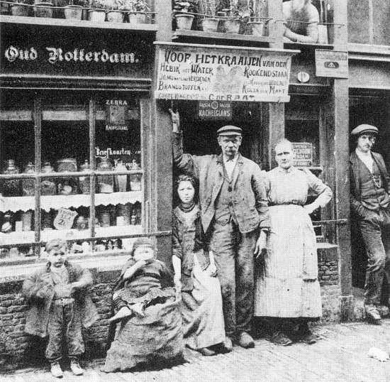 Een waterstokerij aan de Korte Wagenstraat, Rotterdam, in 1910.Het opschrift boven de deur luidt: 'Voor het kraaien van den Haan, heb ik het Water Kookend staan'