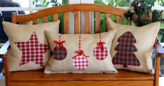Decorativas de vacaciones arpillera almohadas! Incluye inserciones de almohadas de plumas de calidad. Estrella, Árbol, Corazón y ornamentos en Etsy, $ 29.00: