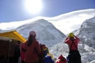 Alpinistas observando o Everest