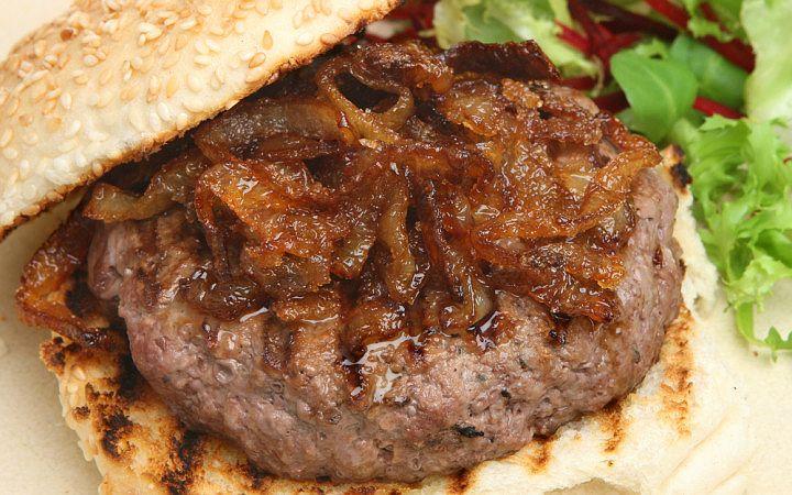 Parti Başlasın: Ev Yapımı Karamelize Soğanlı Hamburger Tarifi - Yemek.com