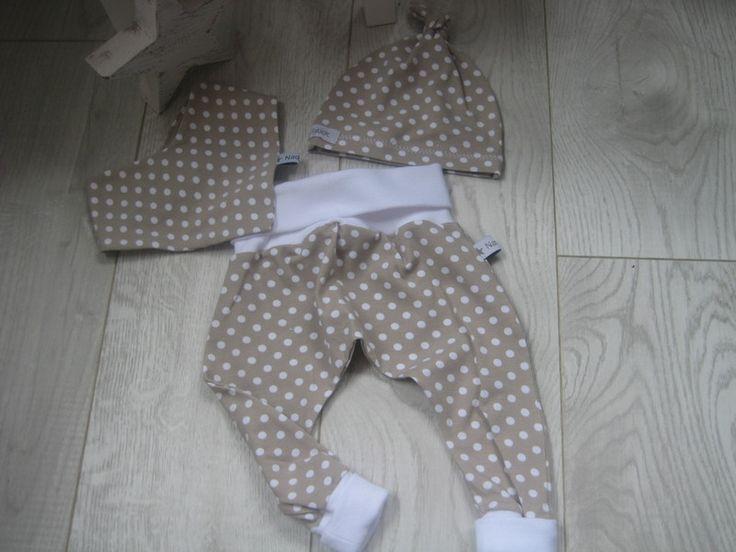 Hier seht ihr ein süßes 3er Baby-Set, bestehend aus einer bequemen Pumphose, der dazu passenden Knotenmütze und einem Halstuch., hier in beige mit weißen Punkten. Super bequem und...