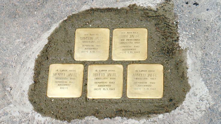 Snublesteiner til minne om den jødiske familien Jaffe utenfor Sommerfeldtsgate 3, hvor de hadde forretning.  Snublesteiner er minnesmerker over individuelle ofre for nazistenes holocaust. Steinene er utformet og nedleggelsen ble gjennomført av den tyske kunstneren Günter Demnig (1947-).