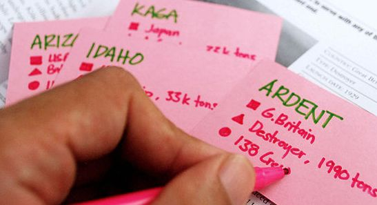 Flash Cards: com essa técnica, você anota perguntas em cartões e coloca em uma caixa, de acordo com a sequencia lógica do que foi lido. No verso do cartão coloca uma resposta resumida, para que possa se testar com essas perguntas nas semanas seguintes, como se fosse um jogo. Se acertar a resposta guarda o cartão em outra caixa, mas se errar retorna para a caixa atual, para refazer na próxima semana.
