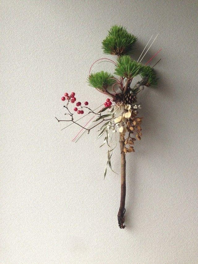 生花の三光松 サンキライ 竹 ナンキンハゼ  シルバーブルニア  ドライの松笠 桐の蕾 フィビキア シダ 水引  プリザーブドフラワーのモス   お正月用の、松飾りです。  三光松にドライやドライになる実をあしらいました。      約60×32センチ   松の根元が黒いのは、水につけている部分で濡れているだけですので、乾きますと上の枝と同じお色になります。   サイズは一番伸びている枝や水引部分の長さもお入れしております。 発送の際、広がっている枝や水引は、真ん中にきゅっとまとめて発送させて頂きます。   素材の性質上、どうしても、実や葉が落ちる場合がございます。 多少写真と異なる場合がございますが、ご了承頂けますと幸いです。