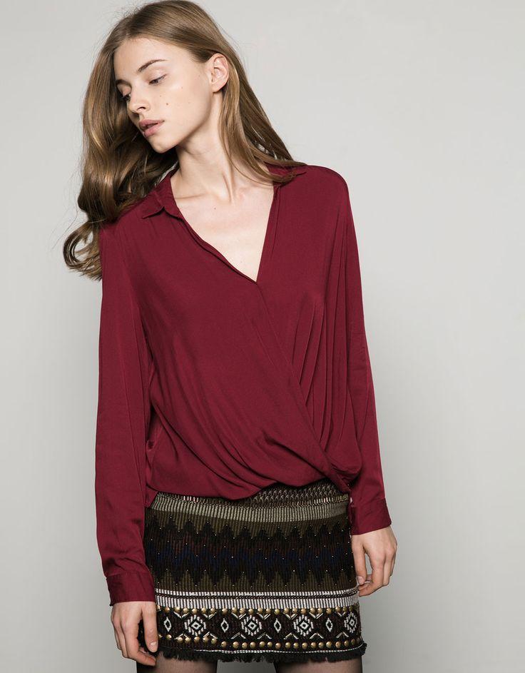 48,90zł BERSHKA Koszula z drapowaniem z przodu.  Odkryj to i wiele innych ubrań w Bershka w cotygodniowych nowościach