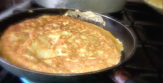 tortilla de patatas : la véritable omelette aux pommes de terre (espagnole) de mama Rosa Maria. Cassez 7 oeufs et fouettez-les pour une omelette pour 6 pers