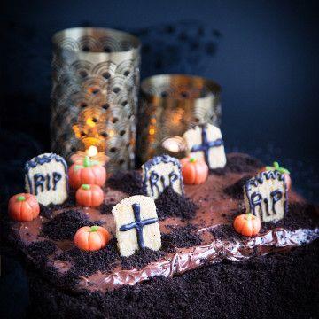 Baka Halloween-kladdkaka! Kuslig efterrätt till festen med kreativ dekoration som kommer imponera på gästerna, stora som små. Recept på Tasteline.