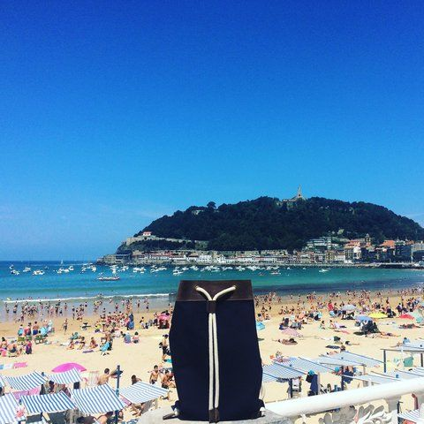 Beachlife in San Sebastiàn Spain with your backpack sac Panarea! #lifeisnice #beachlife #beach #sunny #shoopingtime