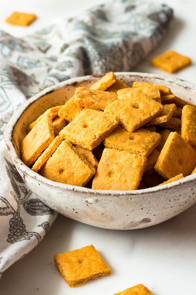 Questi crackers al formaggio cheddar basso contenuto di carboidrati sono friabile e croccante come la cosa reale.  Keto.