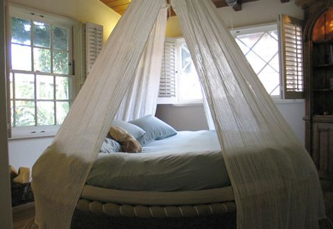 I've always wanted a circle bed!!!!Guest Room, Hanging Beds, Beds Canopies, Bedrooms Design, Canopy Beds, Dreams Beds, Floating Beds, Sweets Dreams, Canopies Beds