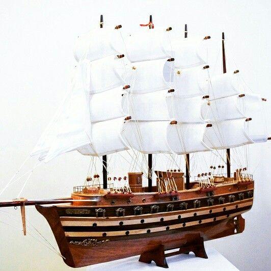 Drewniany model żaglowca, stylowy model sławnego żaglowca z drewna - morski gustowny element wystroju wnętrz, prestiżowa marynistyczna dekoracja zarówno biura jak i domu, przedmiot w żeglarskim stylu nadający klasy każdemu pomieszczeniu, ponadczasowy żeglarski prezent, stylowy morski upominek, gustowny marynistyczny dodatek, prezent dla Żeglarza   https://sklep.marynistyka.org/modele-jachtow-i-zaglowcow-c-7.html