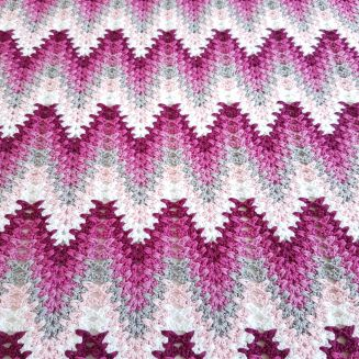 PATTERN & PICTURE TUTORIAL!  I call this Amish Ripple aka Leisure Arts Lacy Chevron.  Heartbeat Ripple Please use #heartbeatripple and #bymimzan in social medias so I can find your lovely photos   SIZE: Babyblanket ca 50 x 70 cm YARN: Scheepjes Catona 100% cotton 2 skeins of each co…