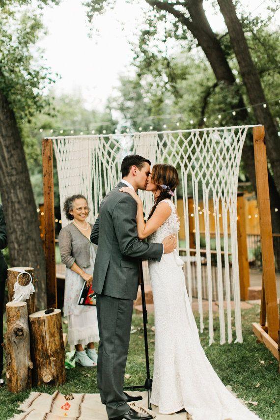 Prenez votre décoration de mariage au niveau suivant dans ce contexte en macramé. Il s'agit d'une tenture de luxe mariage fabriqués à la main qui peut être utilisée sur les axes ou les arcs pour les mariages d'intérieur ou les mariages en plein air. Utilisez à votre cérémonie, la réception, la table d'honneur, la table de gâteau, dans vos photos de mariage... Les possibilités sont infinies. C'est un décor de rêve de photographes et fait n'importe quelle photo look superbe.  La suspension est…