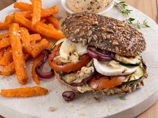 Gemüse satt und geschmolzener Käse, ein herrlicher Veggie-Burger. Als Beilage empfehlen wir leckere Süßkartoffel-Fries.