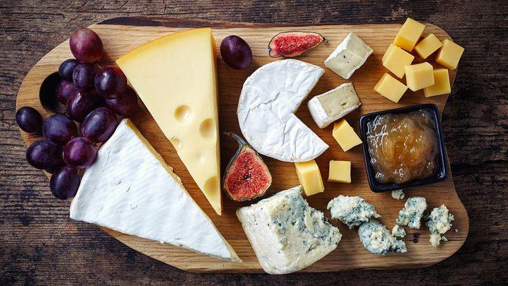 Store og bugnende ostefat er imponerende, men kan være krevende å lage. Her er en oppskrift på et enkelt og godt ostefat med populære oster og det viktigste tilbehøret. Akkurat det du trenger for en vellykket ostekveld. Beregn ca 150 gram ost totalt per person.