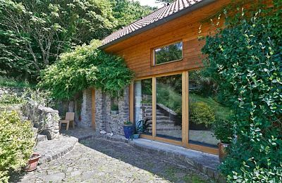Na straně vstupu jsou velká francouzská okna, která lze v horkém létě otevřít.
