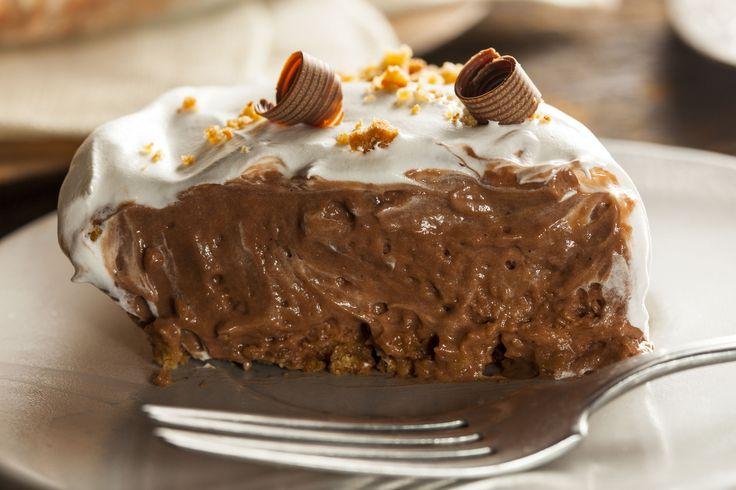Nu exista placinta cu ciocolata mai buna ca asta! O faci foarte rapid si usor si o servesti cu pofta! In plus, umplutura e cheia intregii placinte: ai libertatea sa alegi ciocolata ta preferata, insa eute sfatuiesc sa o faci cu batoane de ciocolata umplute cu lapte.
