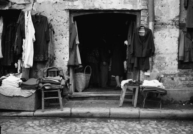 Bukarest, Straßen- und Marktleben in Bukarest: Altkleiderladen in der Straße Lazar
