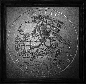 Водолей (AQUARIUS) (20/21 января – 18/19 февраля)  Идеальный и оригинальный подарок на день рождения и юбилей!  Декоративное настенное панно по мотивам гравюр Яна Гевелия - известного польского астронома. Инкрустировано стразами Swarovski (ручная работа). Оригинальный подарок для друзей, коллег и близких людей. Такой изысканный и стильный предмет обязательно найдет эмоциональный отклик и понравится человеку, принимающему презент.  Размер: 225 х 225 мм