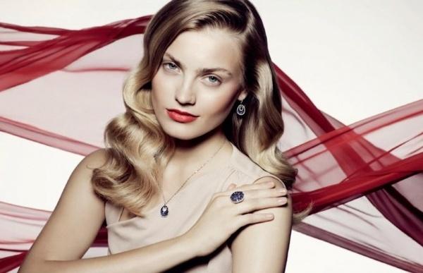 Magnetyzm Ani Jagodzińskiej - gwiazdy światowych wybiegów, można podziwiać w Kalendarzu YES 2011. 24-letnia top modelka, należąca do światowej czołówki najbardziej pożądanych twarzy w świecie mody zdecydowała się na współpracę z marką biżuteryjną YES.