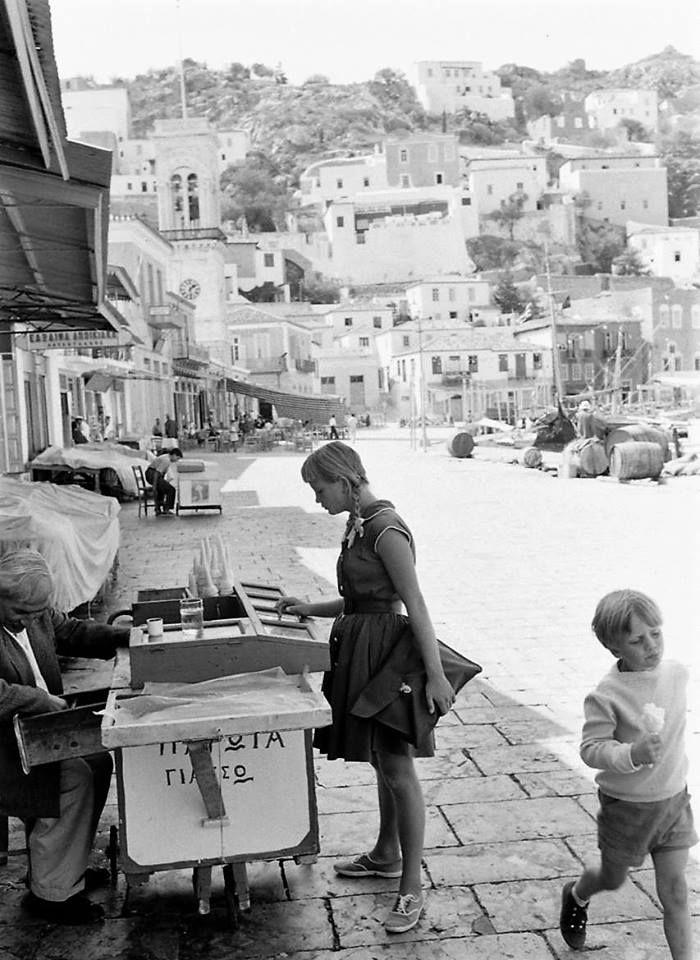 James Burke.Ελλάδα Ύδρα 1969 παγωτό στο δρόμο.